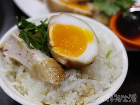 台湾グルメ 黒點鶏肉食堂 台北 中山 北門 迪化街 鶏油飯 煮玉子
