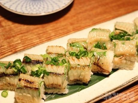 代々木上原 芸能人御用達 青 人気店 創作料理 炙りエンガワ棒寿司