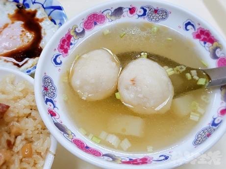 台湾グルメ 台北 油飯 魯肉飯 大橋頭油飯 目玉焼き 魚丸湯