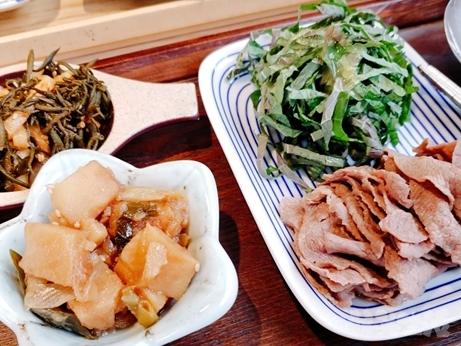韓国グルメ 弘大入口 新村 蓮の葉ご飯 ヨニピョルパプ ノビアニ