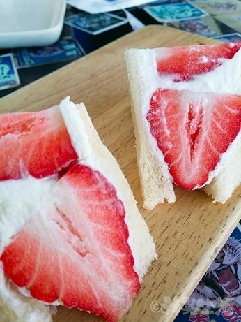 韓国スイーツ フルーツサンド 乙支路 カフェ ホランイ 苺サンド フルーツサンド